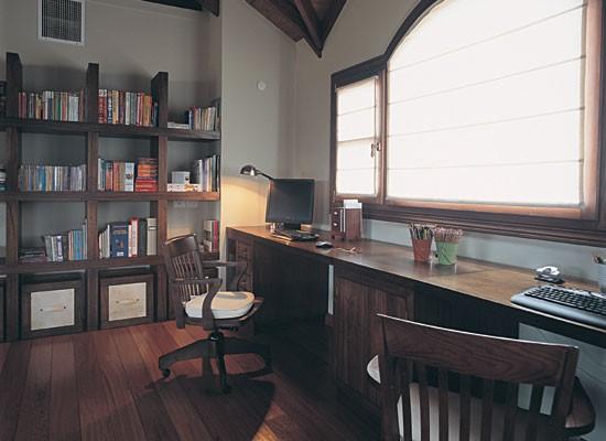 asimismo se ha dispuesto una larga tabla de madera bajo la ventana que da lugar a ms de un escritorio ofreciendo as espacio para montar una oficina
