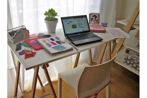 una idea perfecta para los que necesitan armar un escritorio ligero un par de caballetes y una tabla de vidrio esta propuesta es ideal para quienes no